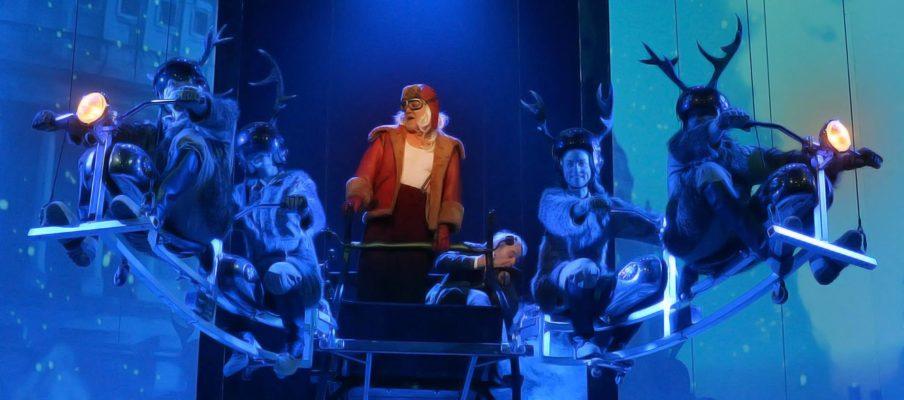 Le Noël de M. Scrooge. De gauche à droite : Anthony MOLINA-DIAZ, Pénélope GUIMAS, Claude SEMAL, Guy PION, Julie DIEU et Sacha FRITSCHKÉ