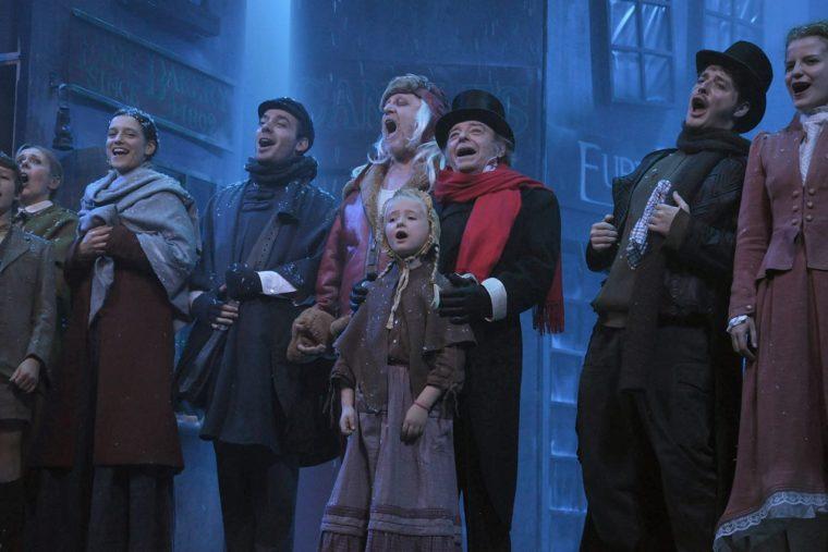 Le Noël de M. Scrooge. De gauche à droite : Béatrix FERAUGE, Pénélope GUIMAS, Anthony MOLINA-DIAZ, Claude SEMAL, Guy PION, Fabian FINKELS, Jeanne DELSARTE